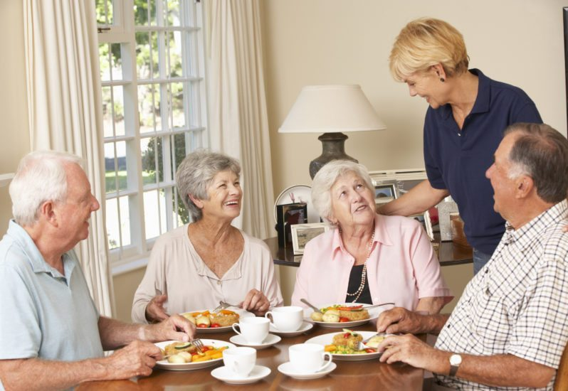 elderly-group-breakfast-798x550